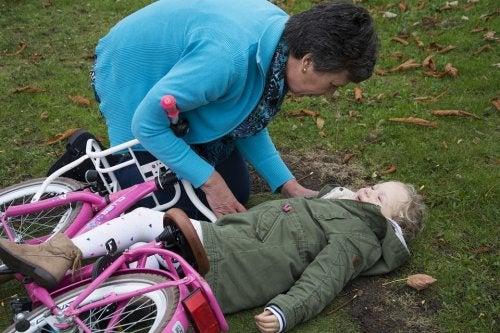 Uderzenia w głowę - dziewczynka spadłą z roweru