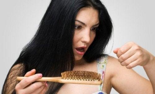 Wypadanie włosów po porodzie - zdziwiona kobieta