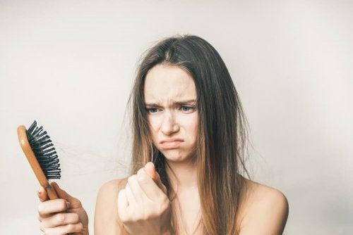 Wypadanie włosów po porodzie - zestresowana kobieta