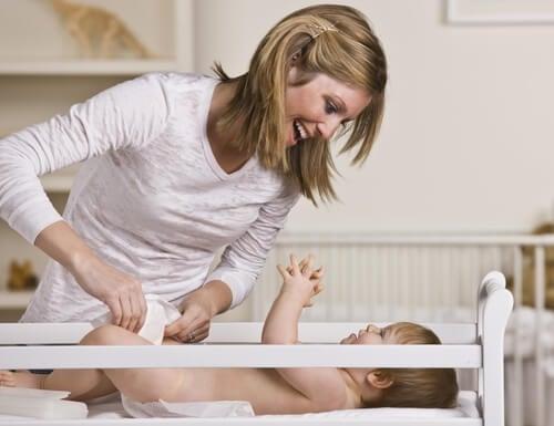 Mama przewija pieluchę