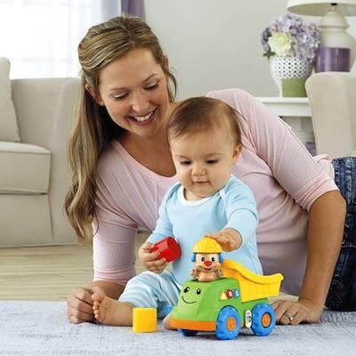 Mama i dziecko bawią się razem