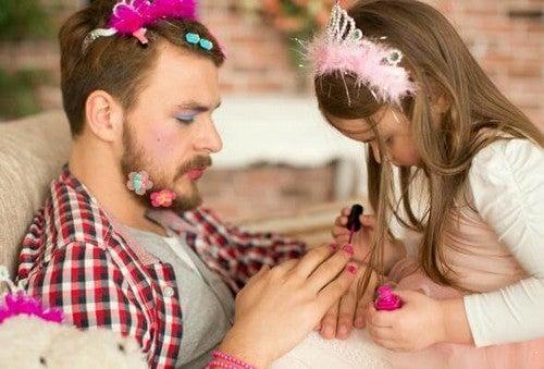 Córka robi ojcu makijaż i maluje mu paznokcie