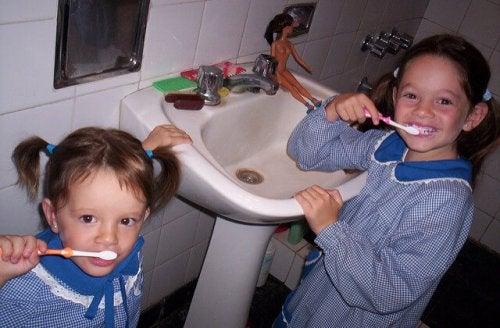 Dwie dziewczynki myją zęby