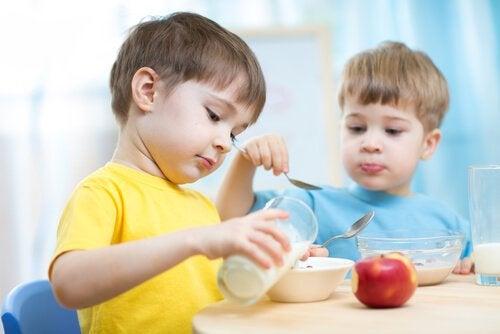 Przekąski dla dzieci – co można jeść po szkole