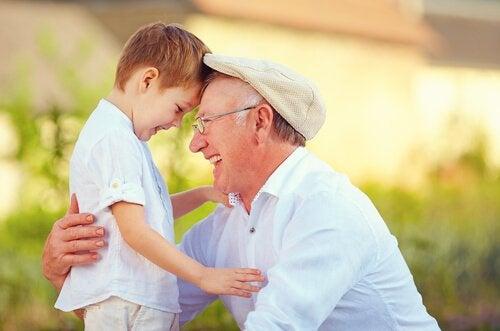 Szczęśliwi dziadek i wnuk
