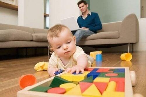 Dziecko uczy się chodzić? Unikaj tych 9 błędów