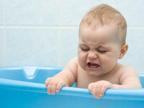 Dziecko chce wyjść z wanny