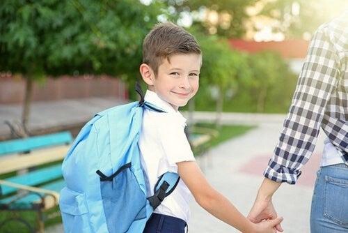 Dziecko idzie do szkoły z plecakiem