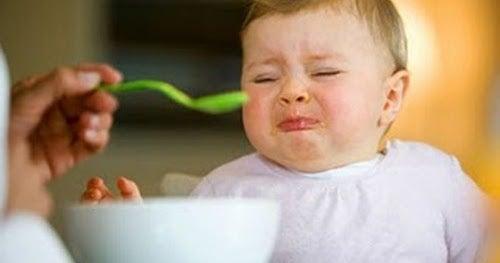 Dziecko krzywiące się na widok ręki z łyżką z jedzeniem - zmuszanie dziecka do jedzenia