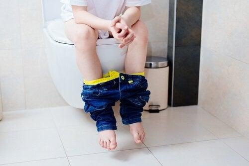 Dziecko siedzące na toalecie - nietrzymanie stolca u dzieci