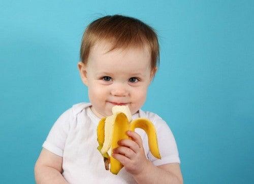 Dziecko jedzące banana