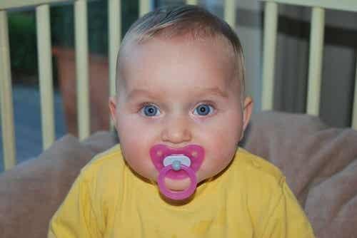 Smoczek - jak wpływa na zdrowie maluchów? Fakty i mity