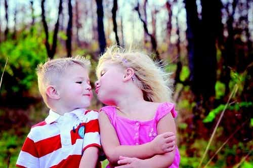 Dawanie całusów – czemu nie wolno zmuszać do niego dzieci