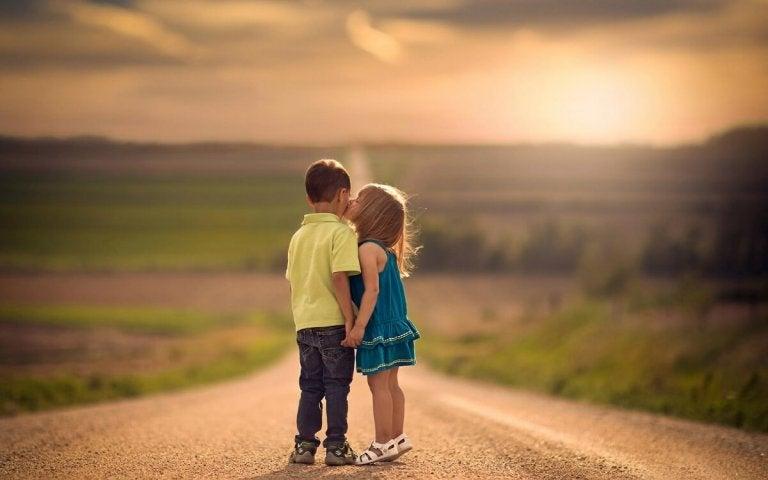Dziewczynka całująca chłopa w policzek na drodze