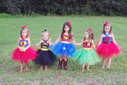 Dziewczynki w kostiumach superbohaterek