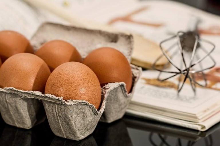 Jajka w pudełku, w tle trzepaczka - witamina D i jej źródła