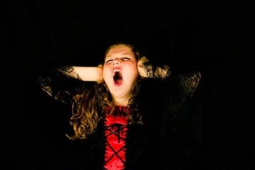 Dziewczynka krzyczy w złości