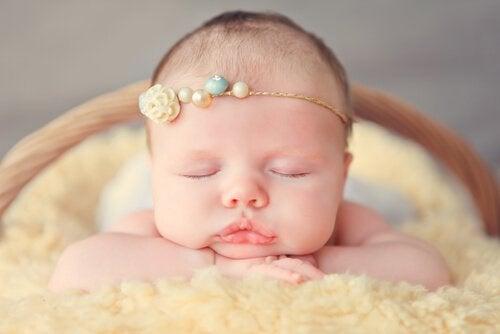 Leżące niemowlę z opaską na głowie