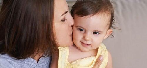 Mama całuje córeczkę
