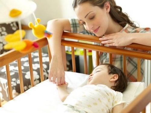 Mama i dziecko śpiące w pozycji na plecach