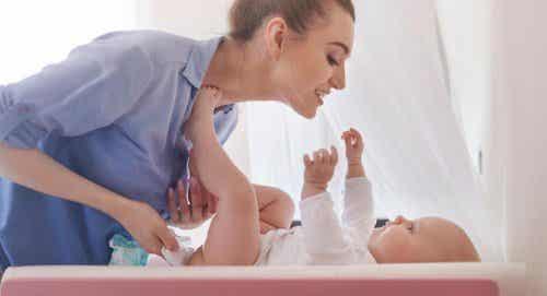 Zmienianie pieluszek – jak pomóc dziecku zachować spokój?