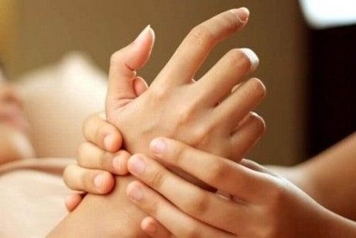 Eliminacja stresu dzięki masażowi dłoni