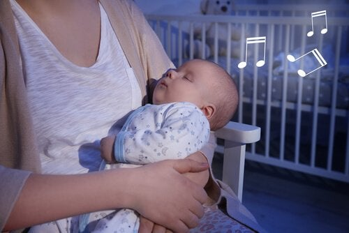 Matka trzyma śpiącego syna