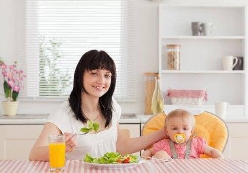 Matka z dzieckiem podczas posiłku