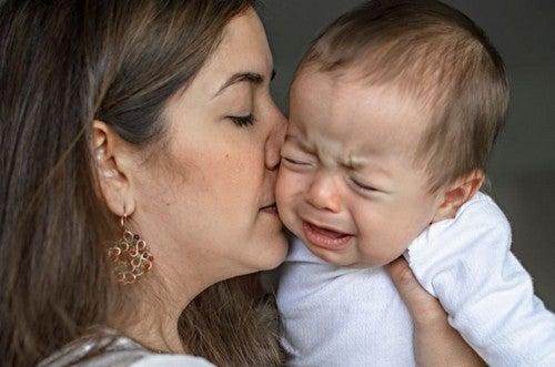Matka przytulająca płaczące dziecko