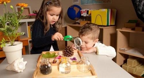 Dzieci bawiące się w odkrywców