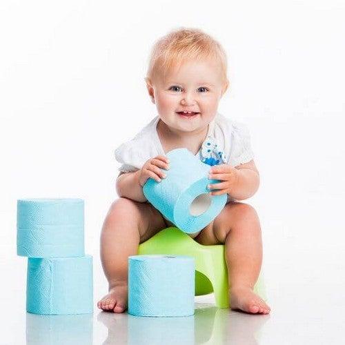 Dziecko bawiące się papierem toaletowym
