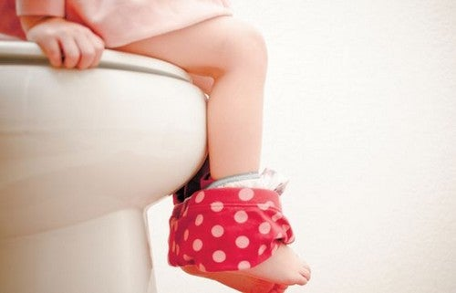 Dziecko korzysta z toalety