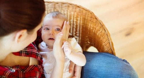 Dziecko upadło po raz pierwszy na podłogę – co należy zrobić?