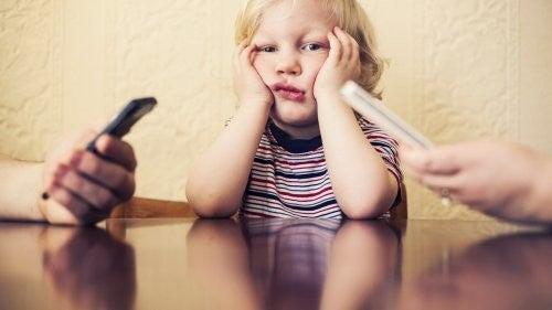 Uzależnienie od telefonu komórkowego krzywdzi Twoje dziecko
