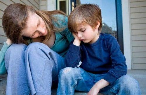 Matka tłumacząca coś dziecku