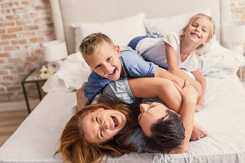 Roześmiana matka i dzieci