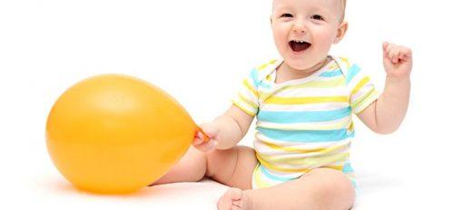 Sadzanie niemowlęcia - roześmiane dziecko