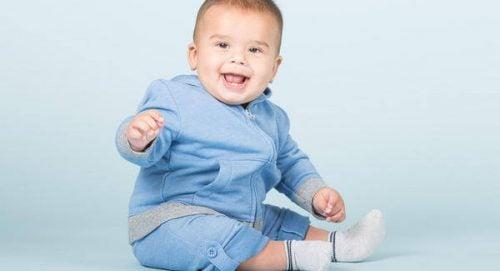 Sadzanie niemowlęcia - zadowolony chłopiec