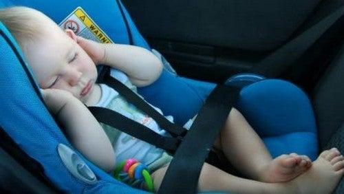 Niemowlak śpiący w samochodzie