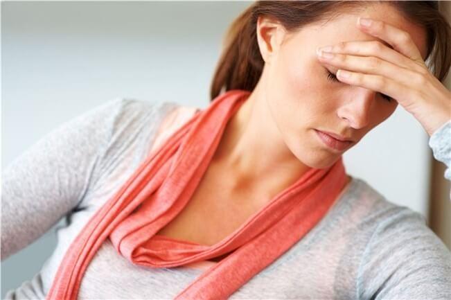 Smutna i zmęczona mama zakrywająca oczy dłonią