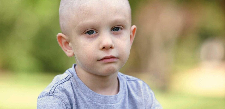 Smutne dziecko chore na białaczkę - białaczka i jej objawy