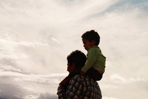Syna siedzący na ramionach ojca