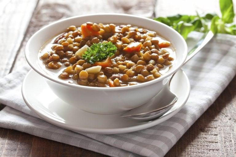 Talerz z zupą z soczewicy stojący na stole