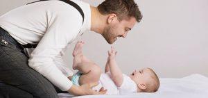 Tata bawiący się ze swoim dzieckiem