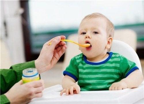Żywienie uzupełniające – dziecko je z łyżki
