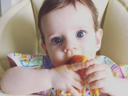 Żywienie uzupełniając - dziecko je samodzielnie