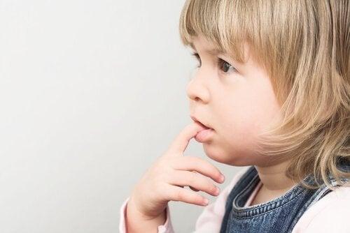 Obgryzanie paznokci - z jakich powodów dzieci to robią?