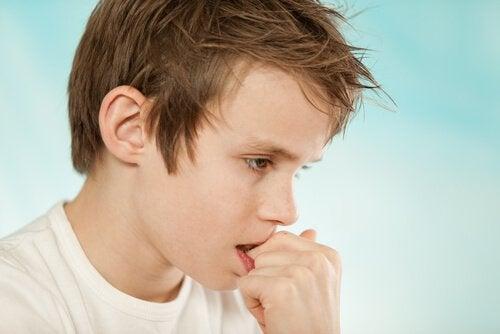 Chłopiec obgryza paznokcie