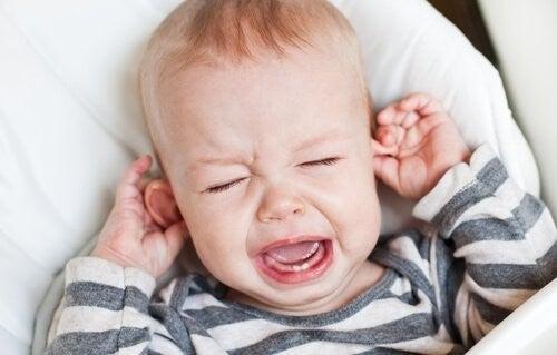 Dziecko z zapaleniem ucha