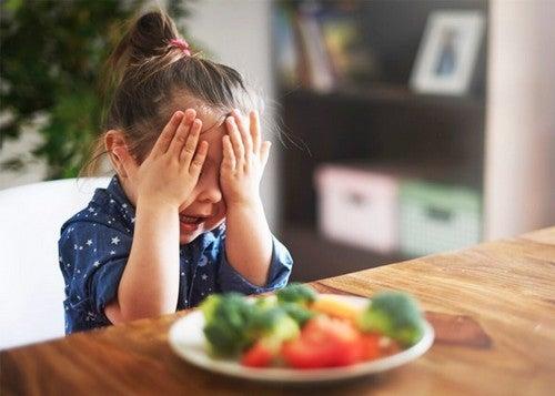 Dziewczynka płacząca nad warzywami